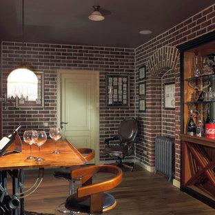 Удачное сочетание для дизайна помещения: винный погреб в классическом стиле с темным паркетным полом и ромбовидными полками - самое интересное для вас