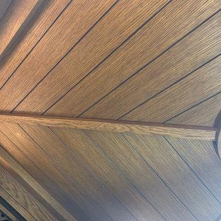 Esempio di una piccola cantina tradizionale con pavimento in legno verniciato e rastrelliere portabottiglie