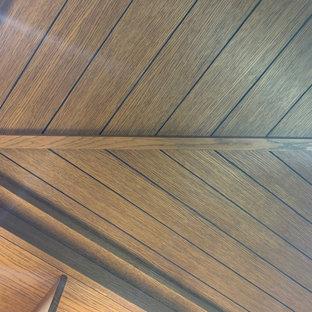 Ispirazione per una piccola cantina tradizionale con pavimento in legno verniciato e rastrelliere portabottiglie