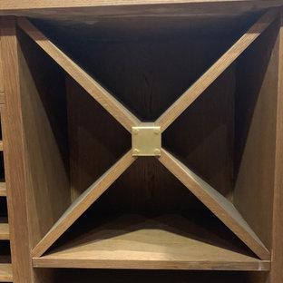 Inredning av en klassisk liten vinkällare, med målat trägolv och vinhyllor