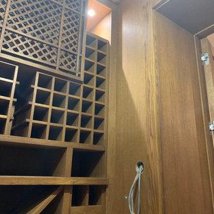 Esempio di una piccola cantina chic con pavimento in legno verniciato e rastrelliere portabottiglie