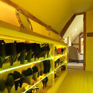 Idee per una cabina armadio per donna country di medie dimensioni con ante in stile shaker