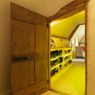 Bild på ett mellanstort lantligt walk-in-closet för kvinnor, med öppna hyllor, vita skåp och gult golv