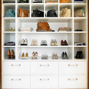 ロンドンの中くらいの女性用トランジショナルスタイルのおしゃれなフィッティングルーム (オープンシェルフ、白いキャビネット、カーペット敷き、白い床) の写真
