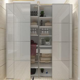 Idee per una grande cabina armadio unisex stile americano con ante a filo, ante in legno chiaro, pavimento in gres porcellanato, pavimento beige e soffitto a cassettoni