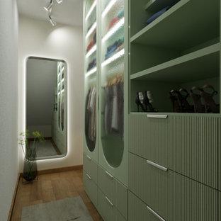 Diseño de armario vestidor unisex, escandinavo, pequeño, con puertas de armario verdes, suelo de madera en tonos medios y suelo marrón