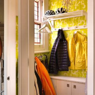 ロンドンの小さい女性用トランジショナルスタイルのおしゃれな壁面クローゼット (淡色無垢フローリング) の写真