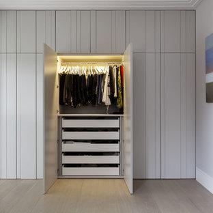 Imagen de armario unisex, actual, con suelo de madera en tonos medios