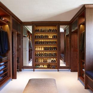 ロンドンの広い男性用トラディショナルスタイルのおしゃれなフィッティングルーム (オープンシェルフ、濃色木目調キャビネット、カーペット敷き、白い床) の写真