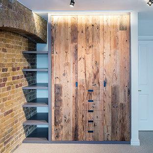 Idée de décoration pour un armoire et dressing design de taille moyenne avec moquette et un sol beige.
