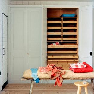 Ejemplo de armario y vestidor clásico renovado con suelo de madera clara