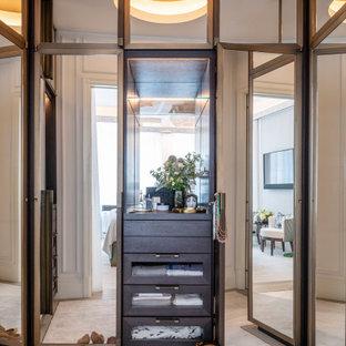 Immagine di una piccola cabina armadio unisex minimal con ante di vetro, ante marroni, moquette, pavimento grigio e soffitto a cassettoni