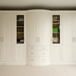 Immagine di armadi e cabine armadio chic con ante bianche e ante in stile shaker