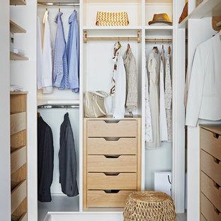 Ejemplo de armario y vestidor actual con suelo beige