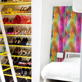 バークシャーの女性用コンテンポラリースタイルのおしゃれな壁面クローゼット (オープンシェルフ、黄色いキャビネット、カーペット敷き、ベージュの床) の写真