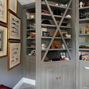 Diseño de armario unisex y casetón, tradicional, de tamaño medio, con armarios abiertos, puertas de armario verdes, suelo de contrachapado y suelo gris