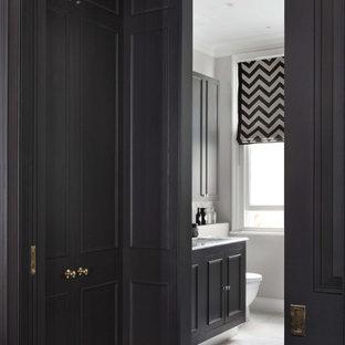 Imagen de armario vestidor unisex y casetón, contemporáneo, grande, con armarios abiertos, puertas de armario negras, suelo de contrachapado y suelo marrón