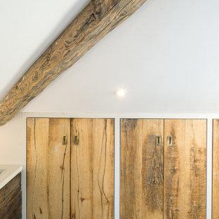 Idee per un grande spazio per vestirsi unisex minimal con ante lisce, ante in legno chiaro, pavimento in gres porcellanato e pavimento grigio
