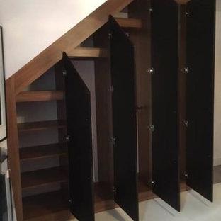 Ejemplo de armario de hombre, contemporáneo, con armarios tipo vitrina y puertas de armario negras