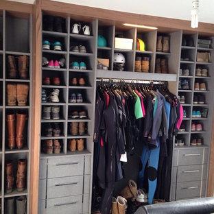Ejemplo de armario y vestidor actual, de tamaño medio, con puertas de armario grises