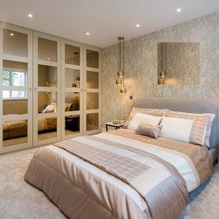 Diseño de armario clásico, de tamaño medio, con armarios estilo shaker, puertas de armario beige, moqueta y suelo gris