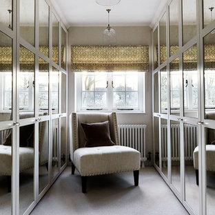 Foto de armario vestidor tradicional renovado, grande, con armarios con paneles empotrados, moqueta y suelo gris