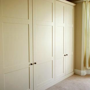 オックスフォードシャーの中くらいの男女兼用モダンスタイルのおしゃれな壁面クローゼット (シェーカースタイル扉のキャビネット) の写真