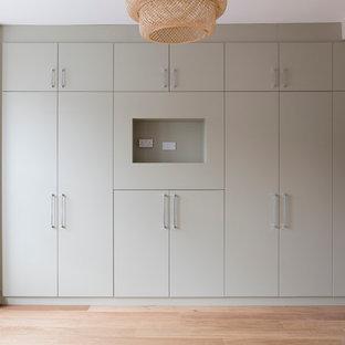Inspiration pour une armoire encastrée design de taille moyenne.