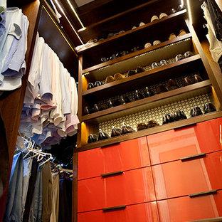 Foto de armario vestidor contemporáneo, de tamaño medio, con armarios con paneles lisos y puertas de armario de madera en tonos medios