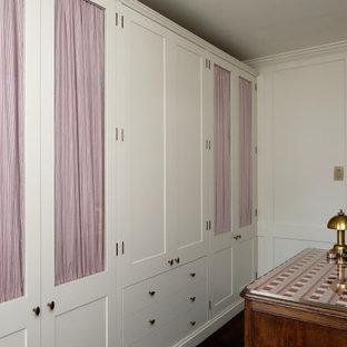 Foto de vestidor unisex, clásico, con suelo de madera pintada y suelo marrón
