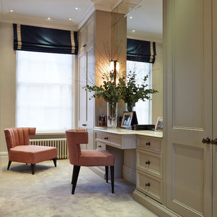 Exempel på ett klassiskt omklädningsrum för könsneutrala, med luckor med infälld panel, beige skåp, heltäckningsmatta och beiget golv