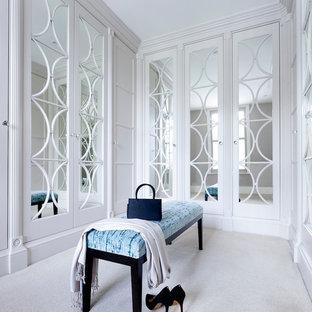 Idéer för mellanstora vintage walk-in-closets för kvinnor, med vita skåp, heltäckningsmatta och vitt golv