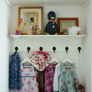 Idéer för eklektiska garderober, med ljust trägolv