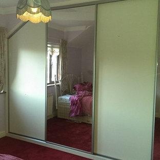 Imagen de armario unisex, contemporáneo, de tamaño medio, con armarios tipo vitrina y puertas de armario de madera clara