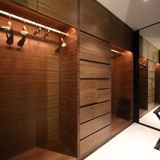Idéer för små amerikanska walk-in-closets för män, med vinylgolv och brunt golv