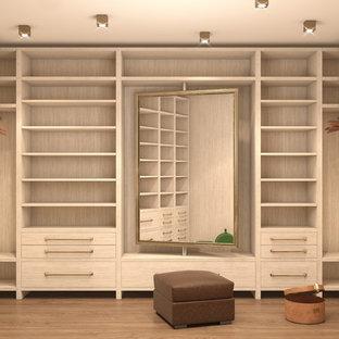 Foto de armario vestidor unisex, pequeño, con suelo de madera clara y suelo marrón
