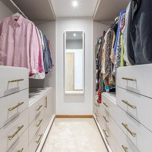 Foto de armario vestidor unisex, actual, pequeño, con armarios con paneles lisos, puertas de armario grises y moqueta
