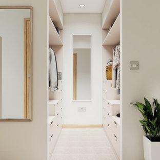 ケンブリッジシャーの小さい男女兼用コンテンポラリースタイルのおしゃれなフィッティングルーム (フラットパネル扉のキャビネット、白いキャビネット、カーペット敷き) の写真