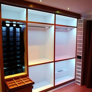Foto de armario actual, pequeño, con suelo de madera en tonos medios
