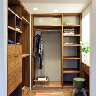 Idee per uno spazio per vestirsi unisex design con nessun'anta, ante in legno scuro e pavimento in legno massello medio