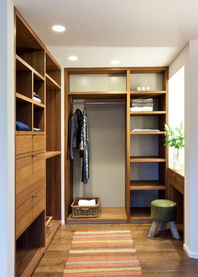 Contemporary Closet by Clifton SMR