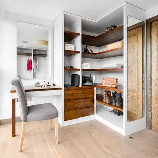 Esempio di una cabina armadio per donna design di medie dimensioni con ante in legno bruno, pavimento in legno massello medio e pavimento marrone