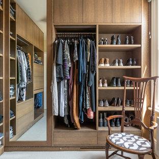 Ejemplo de armario vestidor unisex, bohemio, con armarios abiertos, puertas de armario de madera oscura, moqueta y suelo gris