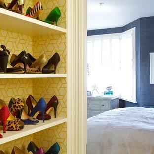 Foto de armario y vestidor ecléctico con armarios abiertos