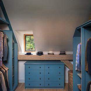 Idee per una cabina armadio unisex stile rurale di medie dimensioni con nessun'anta, ante blu e pavimento in legno massello medio