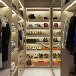 Idee per una cabina armadio per donna contemporanea con nessun'anta e ante in legno chiaro
