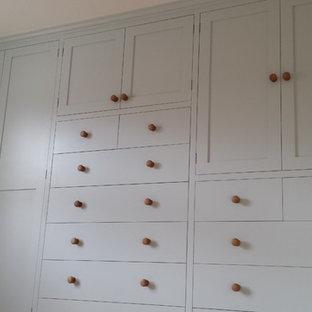 Ejemplo de armario unisex, actual, grande, con armarios estilo shaker y puertas de armario azules