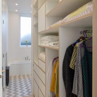 Esempio di armadi e cabine armadio unisex nordici di medie dimensioni con nessun'anta, ante bianche, parquet chiaro e pavimento beige