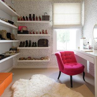 Diseño de vestidor de mujer, bohemio, de tamaño medio, con armarios abiertos, puertas de armario blancas, moqueta y suelo beige