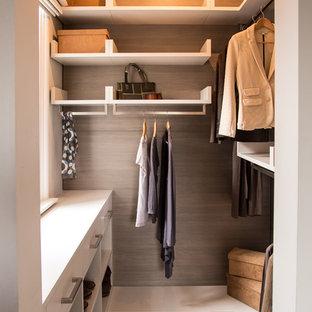 Aménagement d'un dressing et rangement contemporain avec un placard sans porte, des portes de placard blanches, moquette et un sol beige.